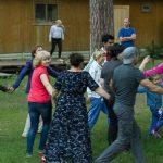 Tanzende Menschen auf einer Wiese