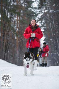 Frau mit einem Hund am Hüftgurt
