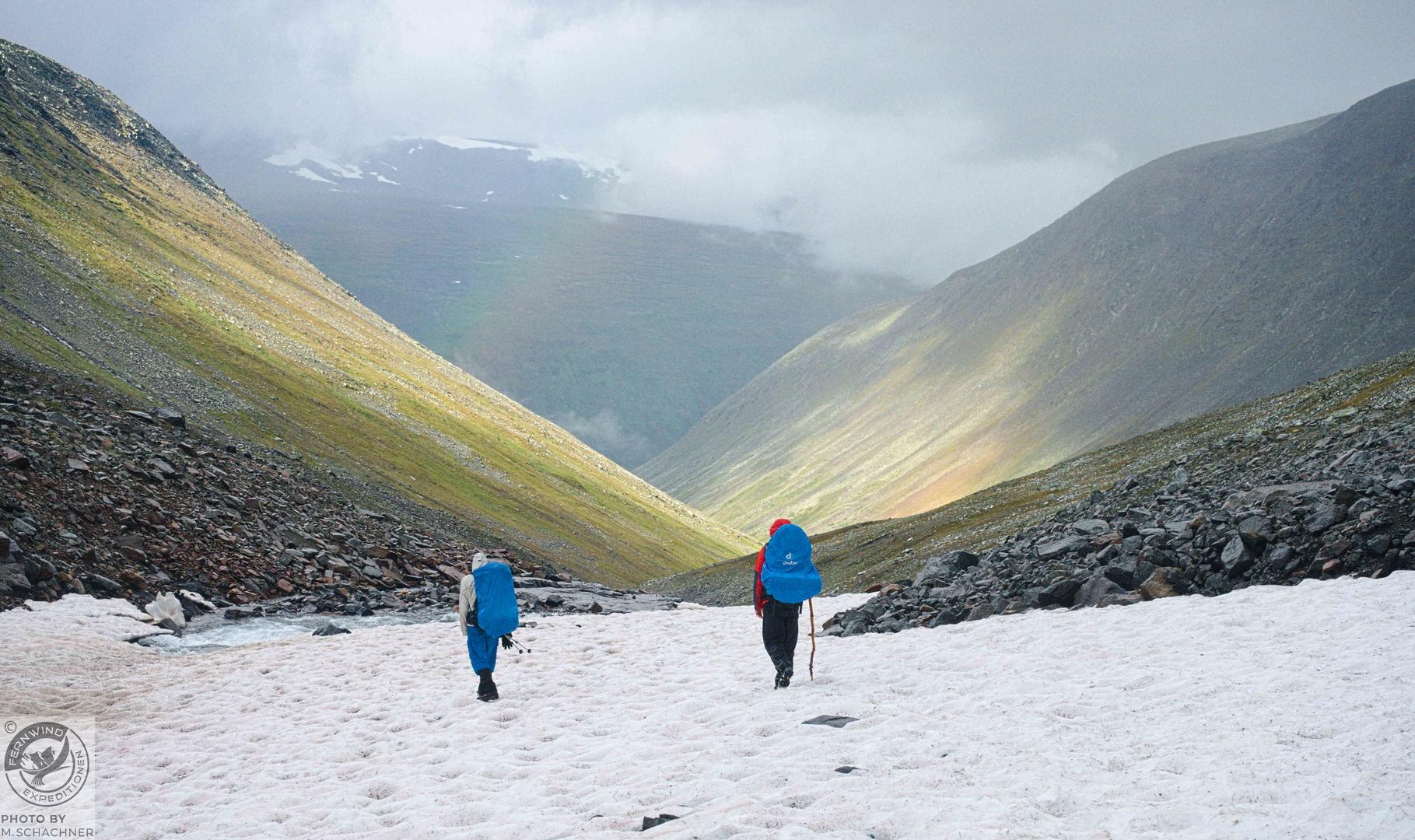 fernwind schweden sarek scouting trekking expedition Schneefeld Regenbogen
