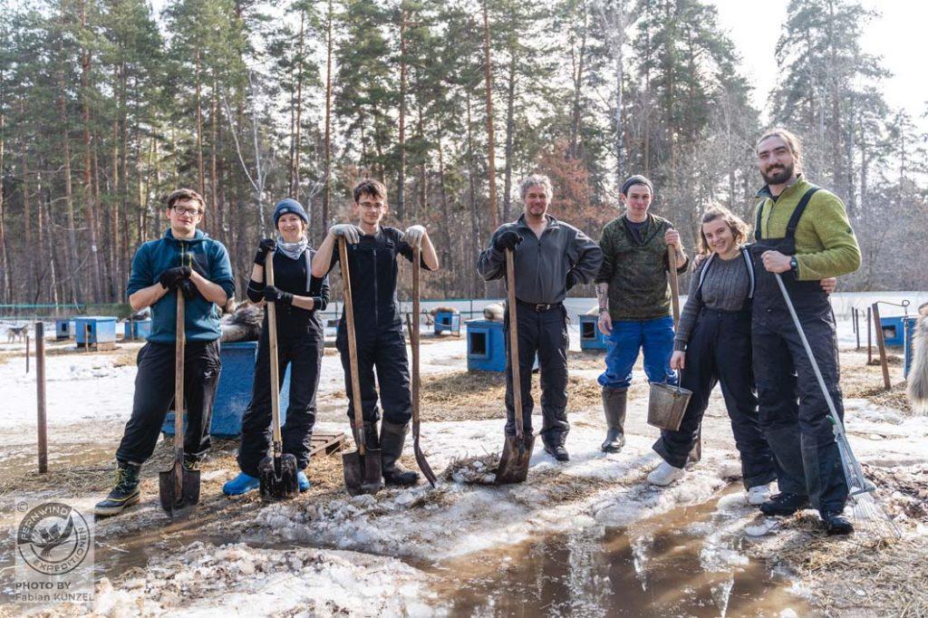 Mit Schaufeln werden Entwässerungsgräben gegraben